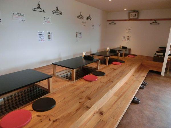宮崎県宮崎市住吉地区広原の外山食堂はお昼の定食、ランチ、夜は創作料理の居酒屋のテーブル