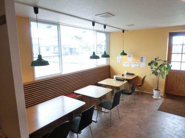 宮崎県宮崎市住吉地区広原の外山食堂はお昼の定食、ランチ、夜は創作料理の居酒屋のテーブル席